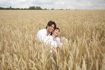Paar im Feld