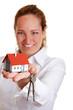 Immobilienmaklerin überreicht Hausschlüssel