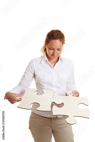Frau setzt ein Puzzle zusammen