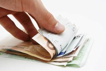 Geldbündel durchblättern