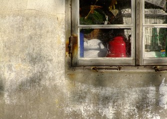 Fenster eines Gartenschuppens, angeschnitten