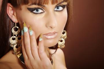 Beauty Frau mit Stiletto Nägel posiert, quer close up