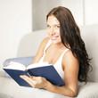 Hübsche Frau mit Buch