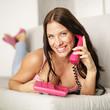Hübsche Frau mit Rosa Telefon