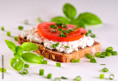Kromka chleba z twarożkiem