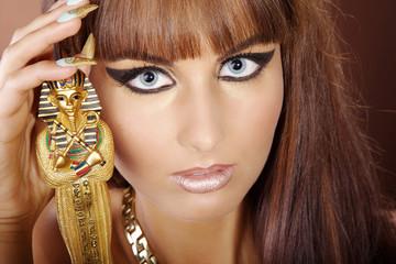 Hübsche junge Frau posiert mit Pharao Statue, quer