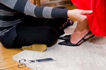 couturière ajustant une robe sur mesure