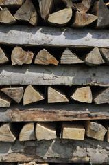 Holzscheite geordnet