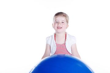Junges Mädchen spielt mit großem Ball