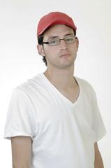 Hombre joven  con gafas   alto en fondo blanco