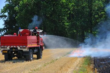 entrainement des pompiers à un feu de chaume