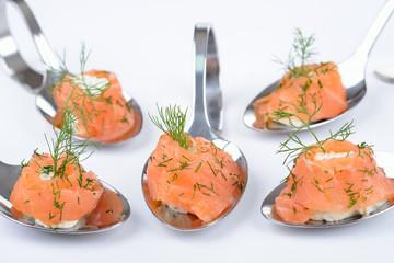 Lachshäppchen mit Kräuter-Frischkäse