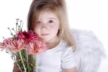 Unschuldsengel mit Blumenstrauß blickt traurig