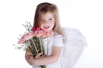 Junges Mädchen mit Engelsflügel und Blumenstrauß lacht
