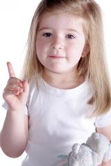 Junges Mädchen zeigt Finger