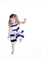 Junges Mädchen tanzt vor Freude