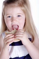 Junges Mädchen beißt ins Brot