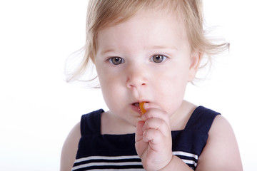 Kleines Mädchen isst Paprika