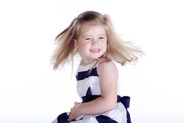 Junges Mädchen dreht sich schnell herum, Haare fliegen