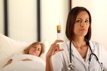 Ärztin mit Spritze