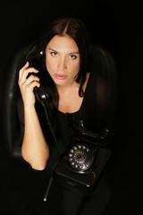 elegante junge Frau am Telefon