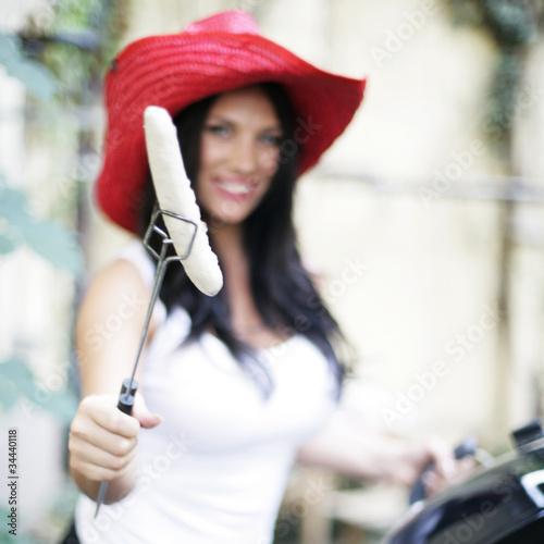 hübsche Frau grillt