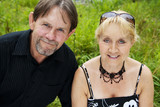 Dorosła para - małżeństwo w parku
