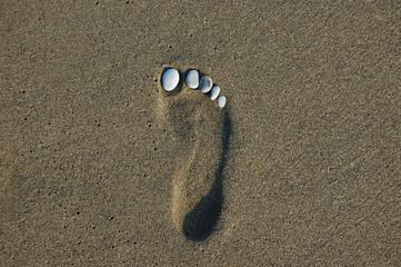 kumdaki ayak izi ve çakıllar