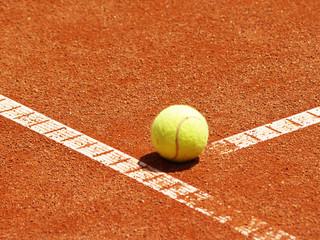 Tennis Ball auf der T-Linie 5
