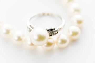 真珠の指輪とネックレスのアップ