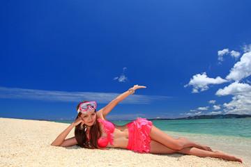 水納島の美しい海と空をアピールする女性