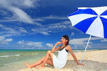 コマカ島の美しい海と笑顔の女性