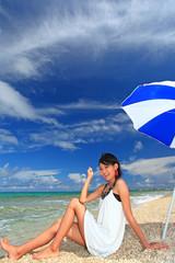 コマカ島の海で休日を過ごす笑顔の女性