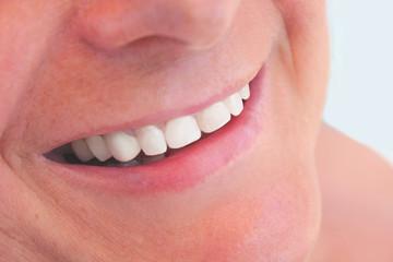 Sonrisa blanca de mujer madura