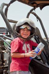 Buggy : Jeune garçon heureux et souriant