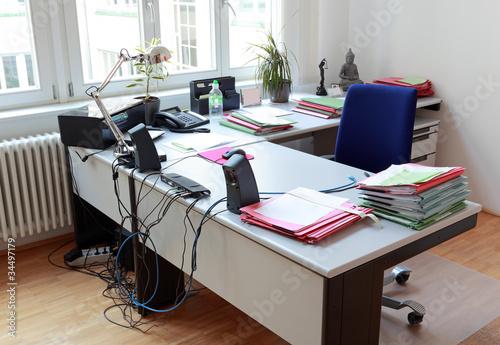 Schreibtisch voller akten  Fototapete schreibtisch im büro mit akten und moderner bürotechnik ...