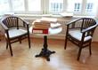 Sitzecke mit abgelegtem Aktenstapel