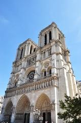 Notre Dame de Paris, façade en été