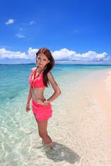 輝く海と水着の若い女性