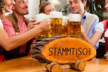 Leute trinken Bier in Bayern