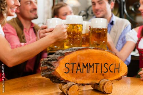 Leute trinken Bier in Bayern - 34508928