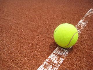 Tennis Ball auf der Linie 8