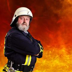 Feuerwehrmann vor Feuerwand