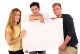 Jugendliche mit Tafel