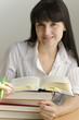 Junge Frau lernt mit Büchern
