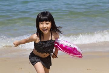 海水浴を楽しむ女の子
