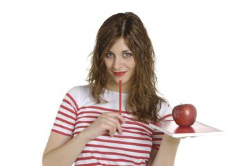 Chica guapa con cuaderno, manzana y lápiz de color rojo
