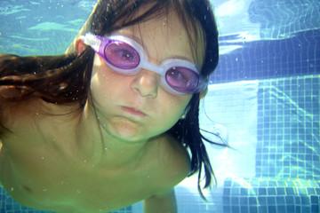 Niña sumergida en una piscina
