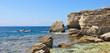récifs au bord de la méditerranée transparente