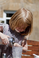 Enfant faisant de la cuisine